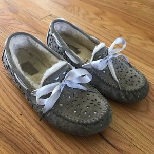 UGG | LASER CUT RIBBON MOCCASINS GRAY BOW SLIPPERS